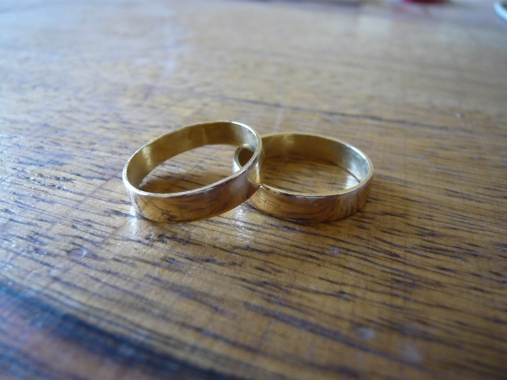 Two_golden_wedding_rings